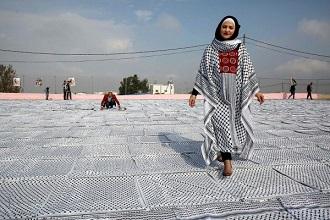الفلسطينيون يحتفلون بيوم الكوفية