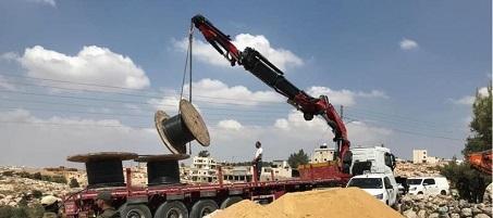 قوات الاحتلال تستولي على معدات وكوابل لتأهيل شبكة كهرباء