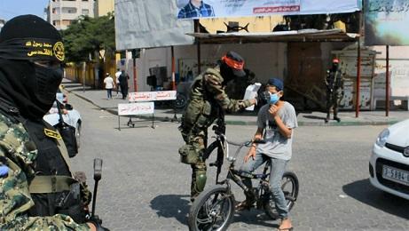 لمواجهة «كورونا».. كتائب المقاومة الوطنية وسرايا القدس توزعان الكمامات على المواطنين في غزة