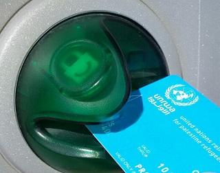 تعبئة بطاقة الصراف الآلي لفلسطينيي سورية في لبنان