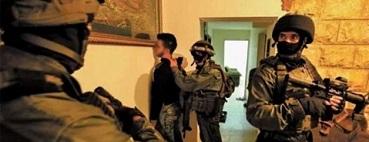 شملت (10) فلسطينيين..وهدم خزان مياه بسهل طوباس اعتقالات في الضفة الغربية.. وقوات الاحتلال تقتحم منازل أسرى في طولكرم وجنين
