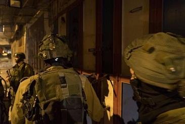 قوات الاحتلال تشن حملة مداهمات واعتقالات وتصادر اموال بزعم دعم مسلحين