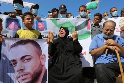 الجيش المصري يسلم جثماني صيادّيْن فلسطينيين أطلق النار عليهما