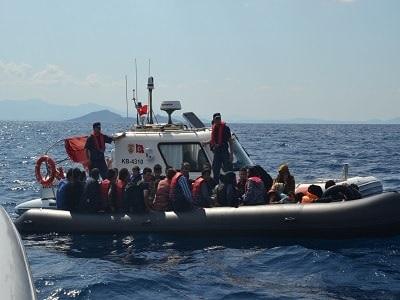 خفر السواحل التركي يوقف 80 مهاجرًا غير نظامي بينهم فلسطينيين
