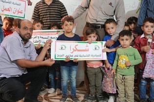 مُتطوّعون يُبادرون بتوزيع هدايا على أطفال مُخيّم البريج