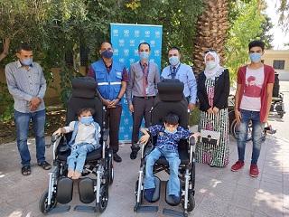 سلّم السيد برافولا ميشرا، القائم بأعمال شؤون الأونروا في في سورية كراسي متحركة تعمل بالبطاريات لأربعة أطفال من ذوي الإعاقة من اللاجئين الفلسطينيين