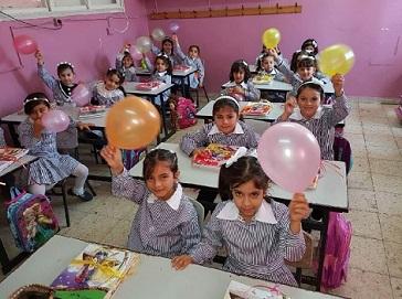 خاص : فلسطيني يحرم أبناءه من التعليم بسبب ارتفاع كلفة مستلزمات المدارس