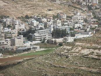 الاحتلال يعتقل مواطنا من مخيم الفوار ويسلم مسنّا من بيت أمر استدعاء لمقابلة مخابراته