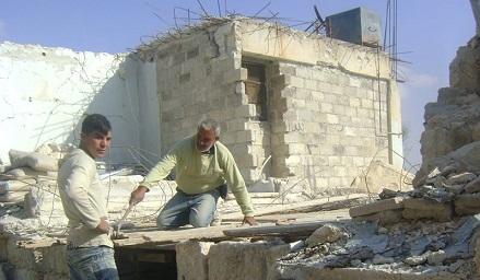 العائدون إلى مخيم حندرات يرممون بيوتهم بأيديهم