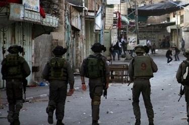 جيش الاحتلال يفتش مساكن وخيام المواطنين شرق يطا