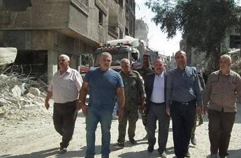وفد من قادة الفصائل الفلسطينية يزور مخيم اليرموك لمتابعة عمليات إزالة الركام