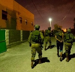 حملة اعتقالات شملت (10) مواطنين بمناطق متفرقة من الضفة الغربية