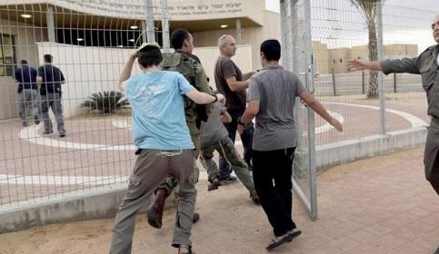 ضابط إسرائيلي كبير يحذر سكان غلاف غزة من احتمالية فشل التهدئة واستمرار المسيرات والبالونات الحارقة