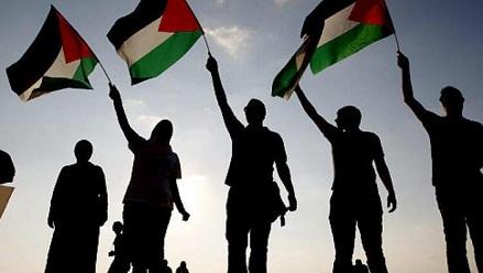 شباب فلسطيني لم يمنعه حضيض اللجوء في لبنان عن النجاح والفعل الوطني