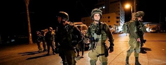 قوة خاصة إسرائيلية تعتقل فلسطينيًّا من العيساوية