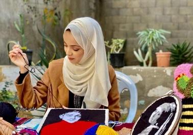 آية.. فنانة غزاوية تحيي مهارة أجدادها برسم شخصيات فلسطينية بالصوف