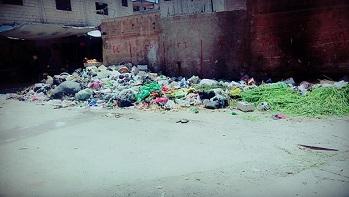 أهالي السبينة يشكون تراكم النفايات في سوق المخيم ولا أحد يلبي