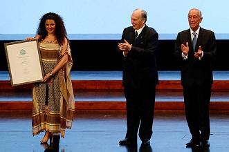 شابة فلسطينية تحصل على جائزة المواهب الشابة من مسرح