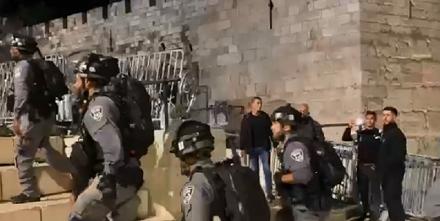 شرطة الاحتلال تعيد الحواجز والبوابات الحديدية في باب العامود