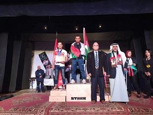 لاجئ فلسطيني من مُخيّم البريج يتوّج بطلاً للعرب بمُصارعة الذراعين