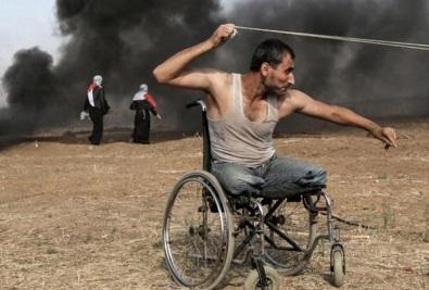 صورة لمُقعد فلسطيني شارك في مسيرات العودة تفوز بجائزة دولية