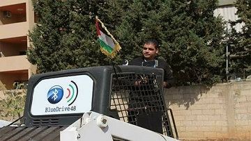 عامر درويش... لاجئ فلسطيني يخترع جهاز لتشغيل الجرافة عبر الهاتف الذكي