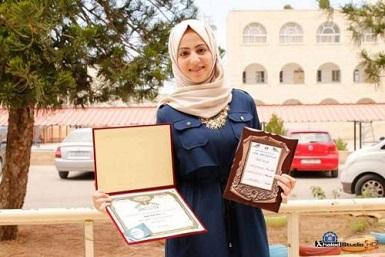 طالبة فلسطينية تُدشّن مشروع