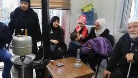 فلسطينيو سوريا في البقاع يستنشقون السموم طلبا للدفء.. والأونروا غائبة