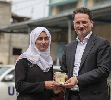 بابا الفاتيكان يُهدي طالبة فلسطينية ميداليةً ذهبية