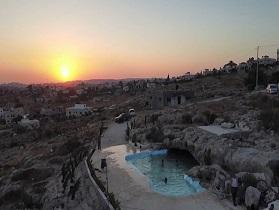بركة للاستجمام وسط تلال صخرية في قرية بلعين