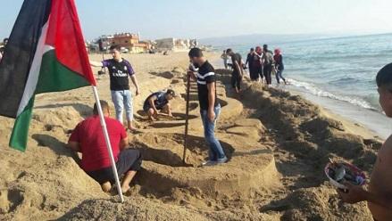 خريطة فلسطين تزيّن شاطئ مخيّم الرشيدية