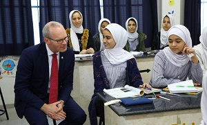 وزير الخارجية الإيرلندي يزور قطاع غزة ويلتقي طلبة الأونروا من جباليا